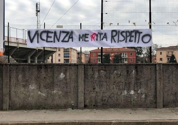 LIVE Padova-Vicenza non si gioca: mille tifosi inferociti bloccano il pullman biancorosso